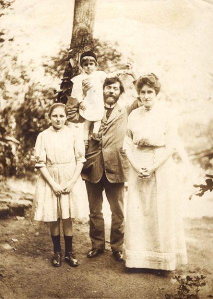 Visconti com a família - Seu filho Tobias nos ombros - 1911