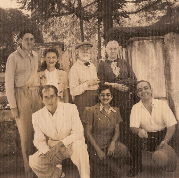 Visconti com a família no portão de sua casa em Teresópolis - c.1941