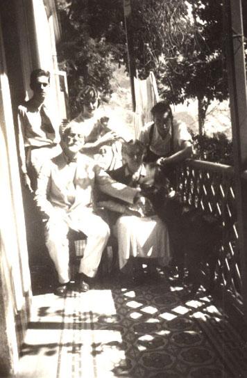 Visconti com a família na varanda da casa de Tabajaras