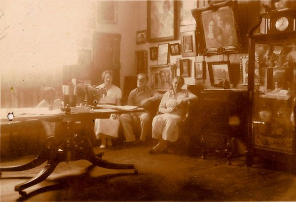 Visconti com a família no ateliê da casa de Tabajaras - 1944