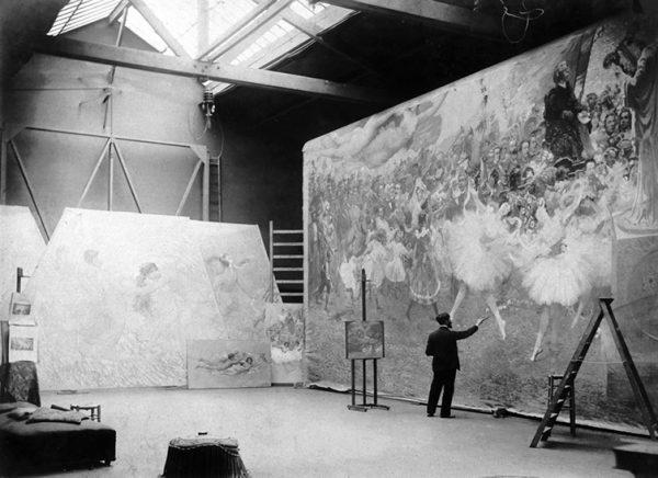 Visconti com o pano de boca no atelier em Paris - 1907