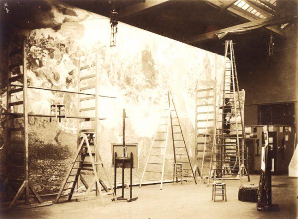 Visconti na escada com o pano de boca no atelier de Paris