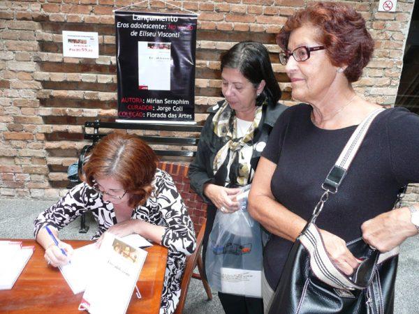 Mirian Seraphim autografa seu livro na Pinacoteca de São Paulo, em 4 de Outubro de 2008