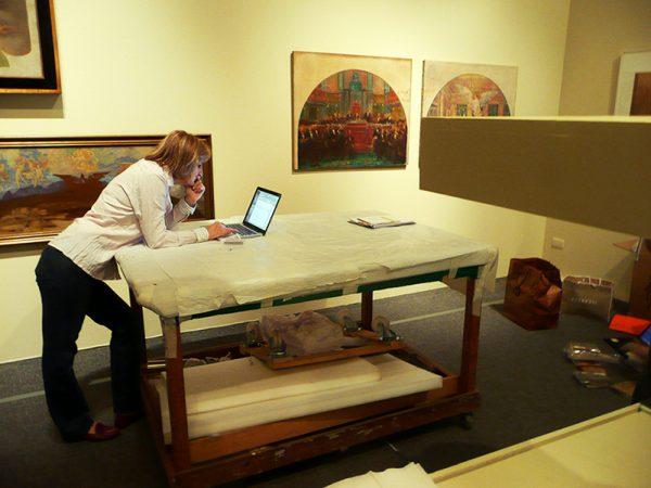 Christina Penna, produtora da Exposição Eliseu Visconti - A Modernidadade Antecipada, organiza a montagem da Grande Retrospectiva na Pinacoteca do Estado de São Paulo