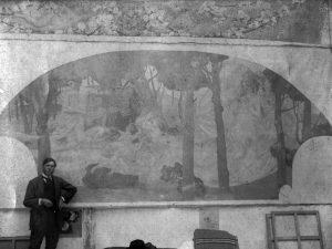 """Visconti com o painel lateral do foyer """"O Drama""""."""