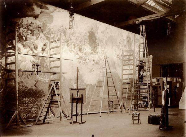 Visconti na escada com o pano de boca no ateliê de Paris - c.1907