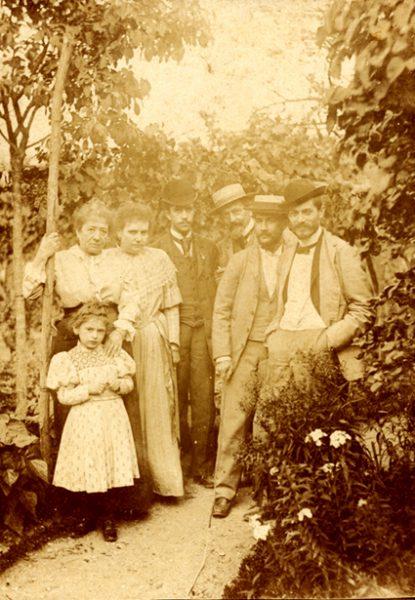 Visconti à direita, seguido de Félix Bernardelli e Angelo Agostini - Mais à esquerda, a mãe dos Bernardelli - 1893 - Paris