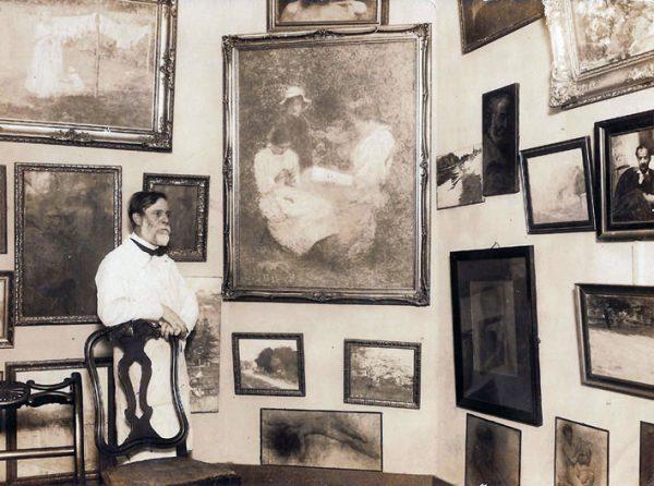 """Visconti em seu atelier com o quadro """"A Família"""" - c.1926"""
