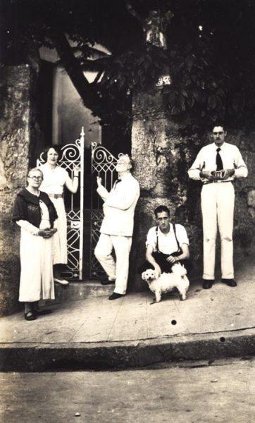 Família Visconti no portão de sua casa