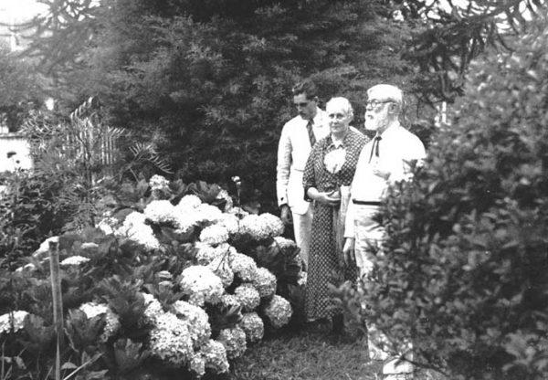 Visconti, Louise e seu filho Tobias no jardim de Teresópolis