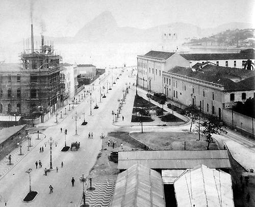 Avenida Central, o Convento D'Ajuda e os barracões das obras do Theatro Municipal - c. 1905
