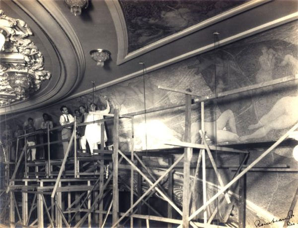 Visconti na substituição do friso sobre o proscênio em 1935