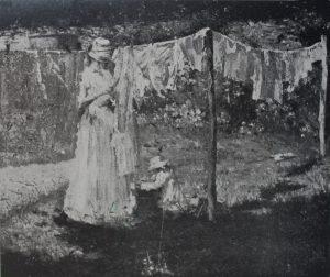 P448 - MÃEZINHA ESTENDENDO ROUPA - OST - c.1919 - LOCALIZAÇÃO DESCONHECIDA