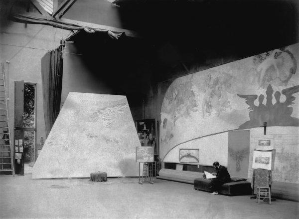 Visconti em seu ateliê em Paris trabalhando junto ao friso sobre o proscênio - 1906