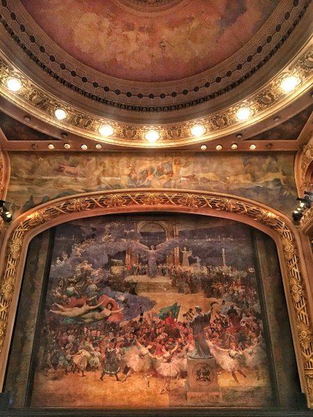 Sala de espetáculos integralmente decorada por Visconti
