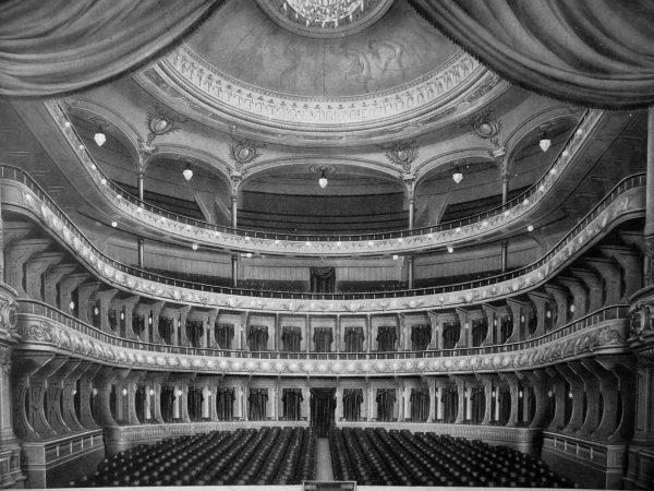 Foto da sala de espetáculos original do Theatro, onde se vê as arcadas que seriam suprimidas na reforma de 1934