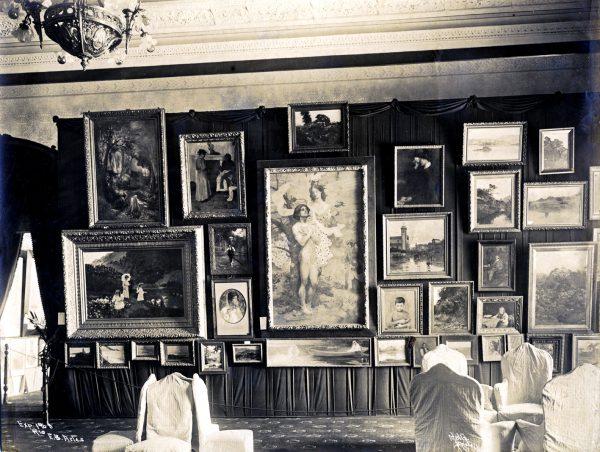 """Duas obras de Visconti, """"Recompensa de São Sebastião"""" e """"A carta"""", aparecem nesta foto da Seçao de Bellas Artes da Exposição Nacional de 1908"""