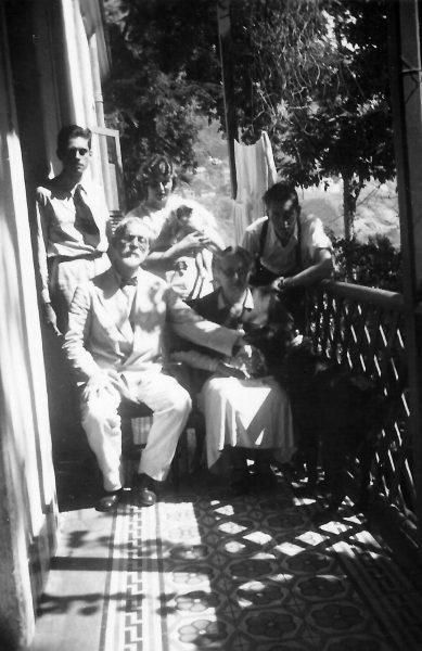 Ultima foto de Visconti com Louise e os tres filhos, na varanda de sua casa em Copacabana - 1944
