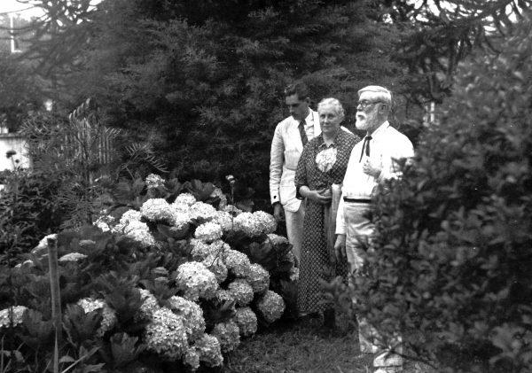 Visconti com Louise e Tobias no jardim de sua casa em Teresópolis
