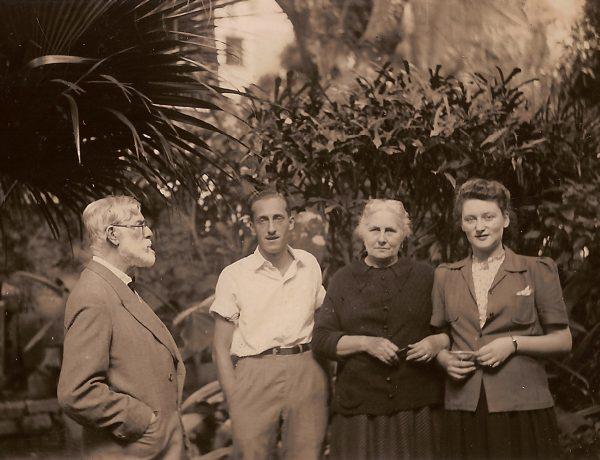 Visconti com Afonso (filho), Louise (esposa) e Yvonne Stourdze (nora) – c.1942