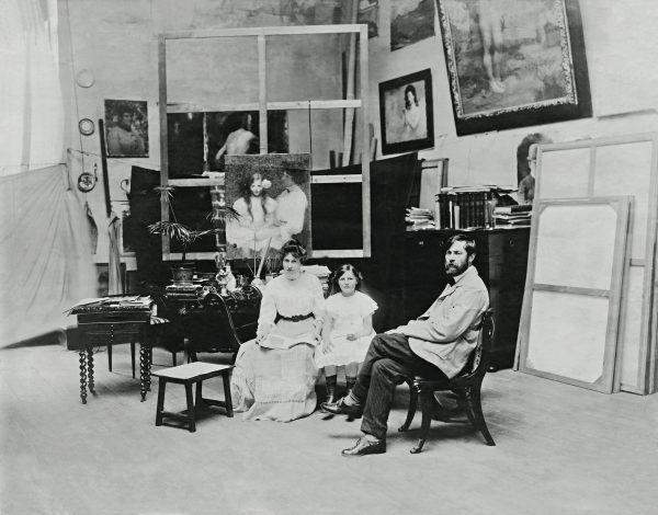 Visconti com sua Família em seu ateliê da Av. Mem de Sá – 1909