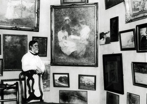 """Visconti em seu atelier com o quadro """"A Família"""" – c.1926"""