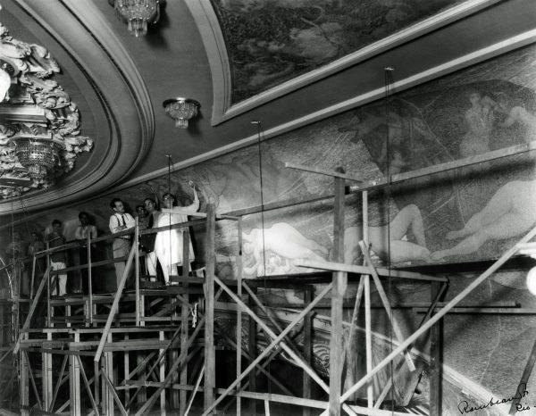 Visconti substituindo o friso sobre o proscênio em 1935