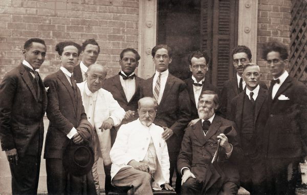 Visconti com Rodolfo e Henrique Bernardelli, Marques Junior e alunos em 1924