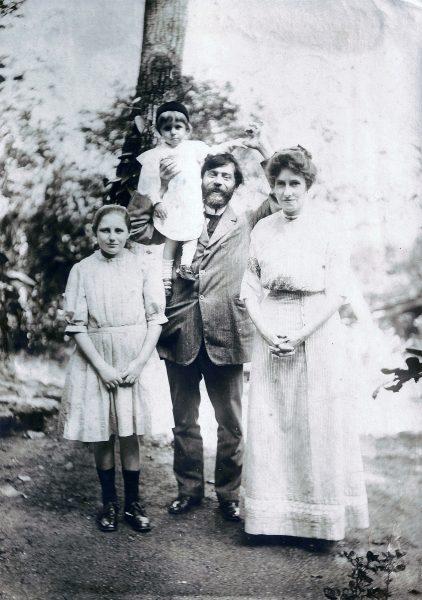 Visconti com a família – Seu filho Tobias nos ombros