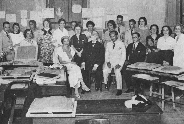 Visconti com os alunos no curso de arte decorativa - design - c.1935
