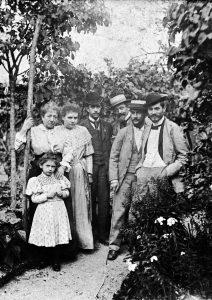 Da esquerda para a direita: Angelina Agostini (filha de Angelo Agostini, então com 5 anos de idade), D. Celestina Bernardelli (mãe dos Bernardelli), a babá de Angelina, Eduardo (filho de Angelo Agostini), Angelo Agostini, Félix Bernardelli e Eliseu Visconti. Paris 1893.